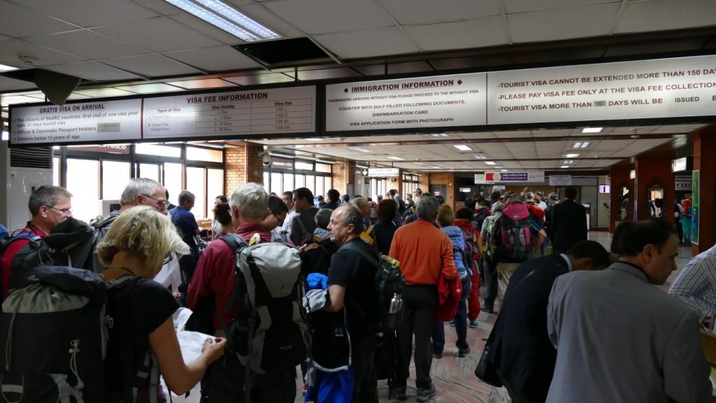 International Airport Kathmandu: Warteschlange vor der Visum-Kasse