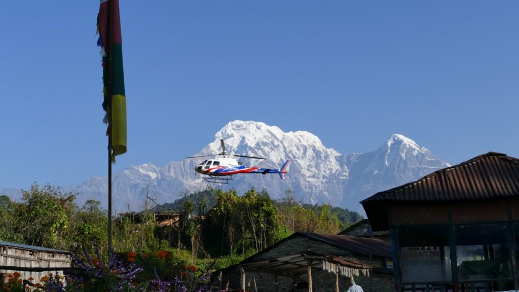 Blick vom Heaven Gates Guest House in Pothana: Hubschrauber im Anflug